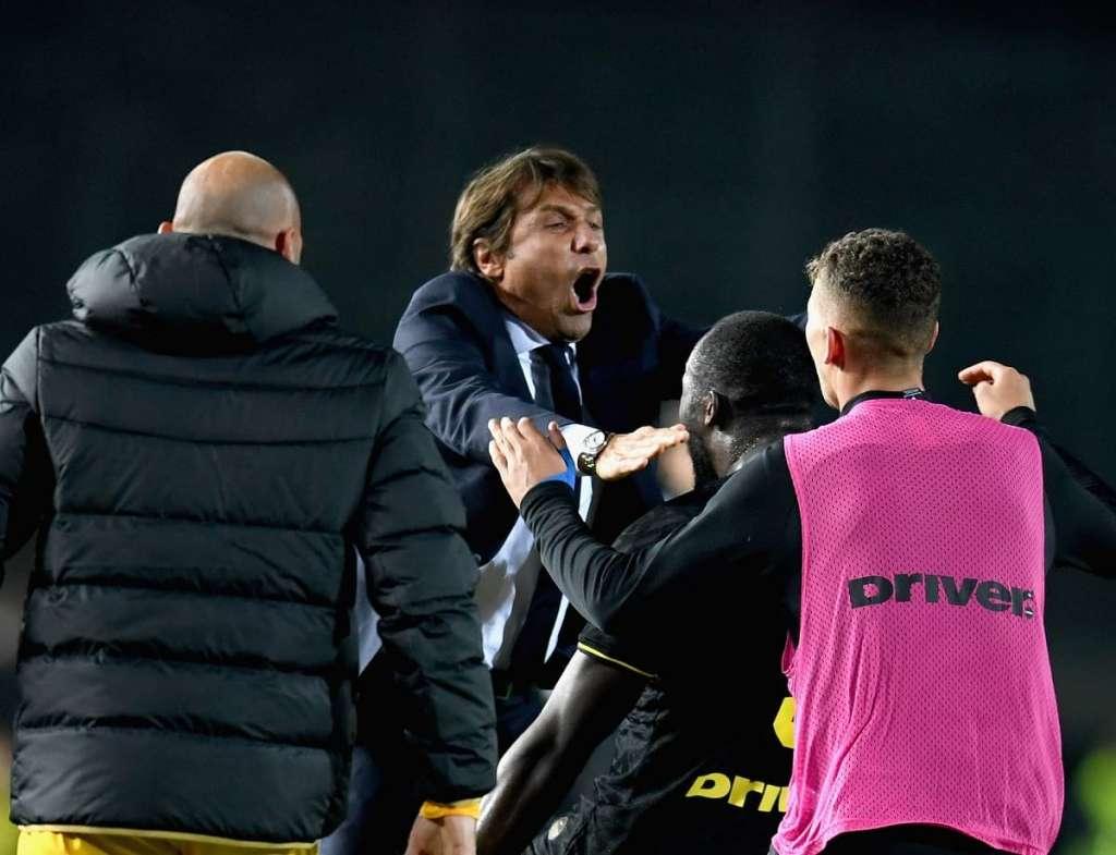 L'abbraccio, dopo il gol, tra Lukaku, Conte ed Esposito