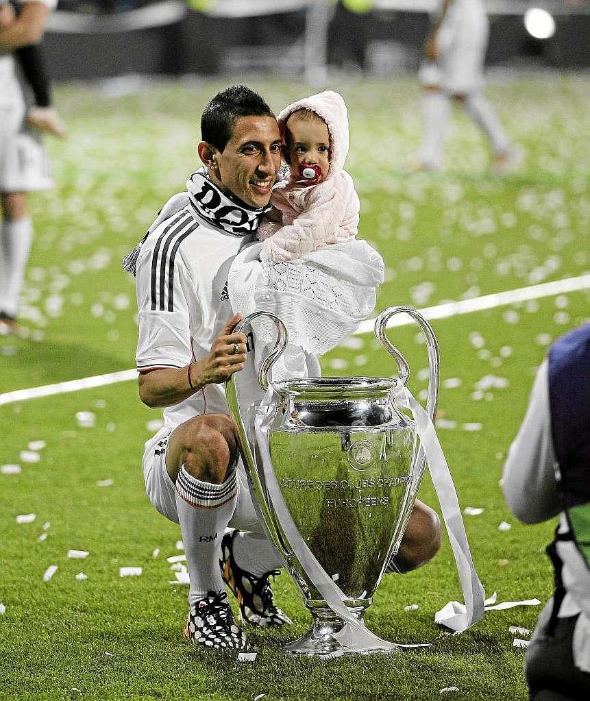 Angel Di Maria insieme a Mia durante ii festeggiamenti ella Champions League